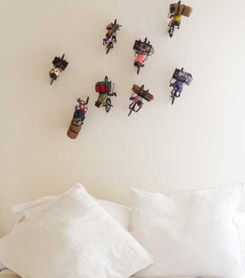 Những món đồ chơi nhỏ thay vì đặt trên bàn, hay chuyển chúng lên tường