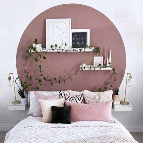 Với những kệ treo tường đơn giản có thể kết hợp những cách trang trí khác